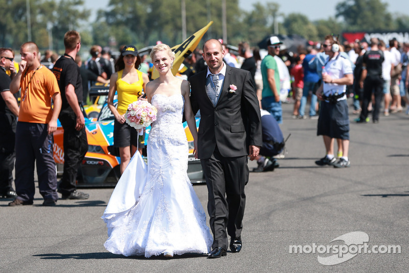 A happy couple in the Start Grid