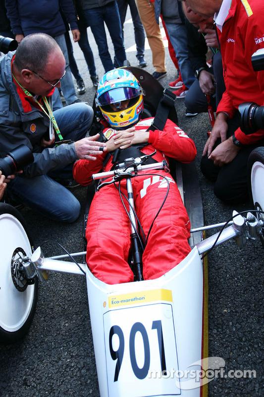Fernando Alonso, Ferrari Shell Eco Maratonu'nda araç sürüyor