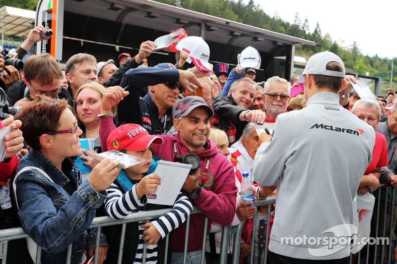 Jenson Button, McLaren firma autografi per i tifosi