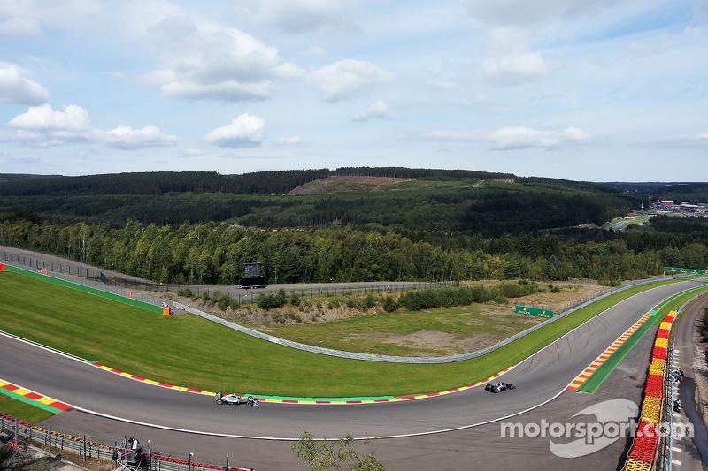 Esteban Gutierrez, Sauber C33 leads Nico Rosberg, Mercedes AMG F1 W05