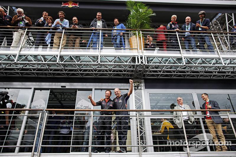 Christian Horner, Red Bull Racing Takım Patronu ve Adrian Newey, Red Bull Racing Baş Teknik Sorumlusu ALS ice bucket challenge etkinliğinde