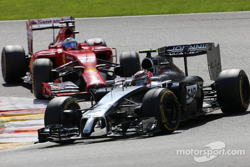 Kevin Magnussen, McLaren F1; Fernando Alonso, Scuderia Ferrari