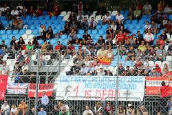 faixa de reclamação de fãs da F1, proclamando: 'F1 está morta'