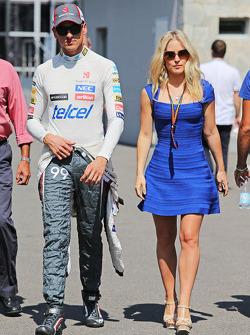 索伯车队的安德里安·苏蒂尔和他的女友詹妮弗·贝克斯(德国)