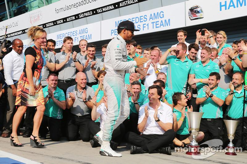 Ganador de la carrera Lewis Hamilton, de Mercedes AMG F1 celebra con su madrastra Linda Hamilton, el padre Anthony Hamilton, y el equipo