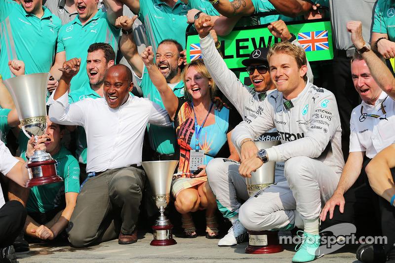 Ganador de la carrera Lewis Hamilton, compañero de equipo Nico Rosberg, de Mercedes AMG F1, y el equ