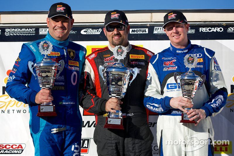 GT-A Podio del vincitore: Marcelo Hahn (secondo, a sinistra), Michael Mills (primo, al centro), e Alex Welch (terzo, a destra)