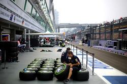 Pitlane atmosphere, Red Bull Racing mechanics
