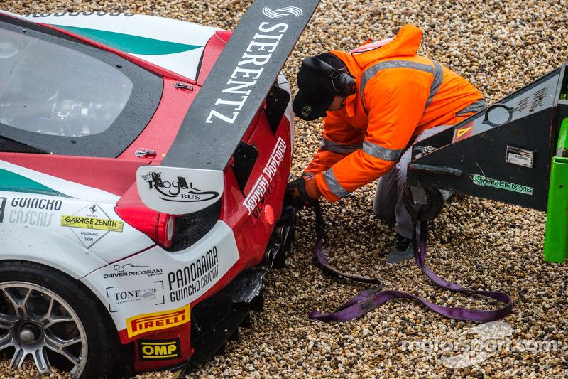 #51 AF Corse 法拉利 458 Italia: 菲利普·巴雷罗斯, 彼得·曼恩, 弗朗西斯科·格德斯 打滑失控;赛道安全团队帮忙解困