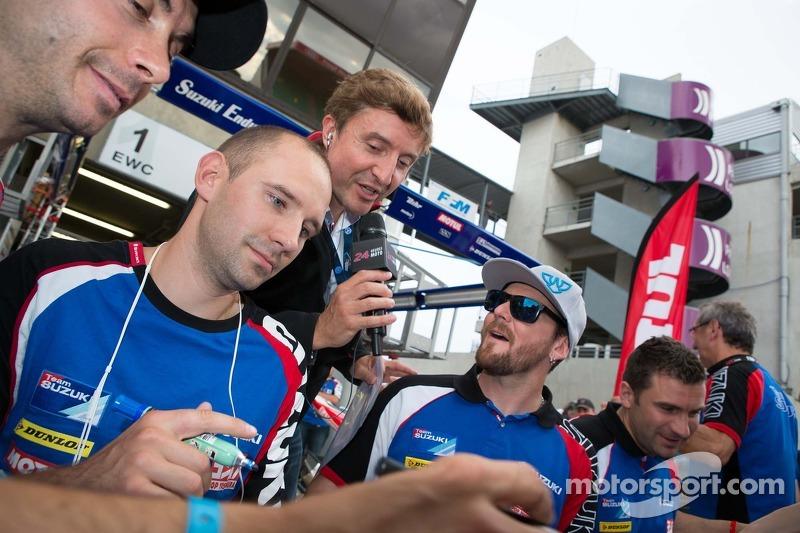 Suzuki sessione di autografidei piloti con Bruno Vandestick