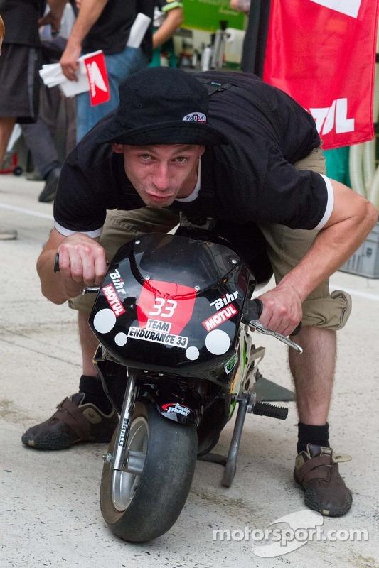 Küçük motosiklet üstünde oyalanma keyfi