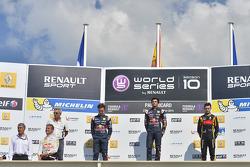 Ganador de la carrera Carlos Sainz Jr., segundo lugar Pierre Gasly, tercer lugar Matthieu Vaxiviere