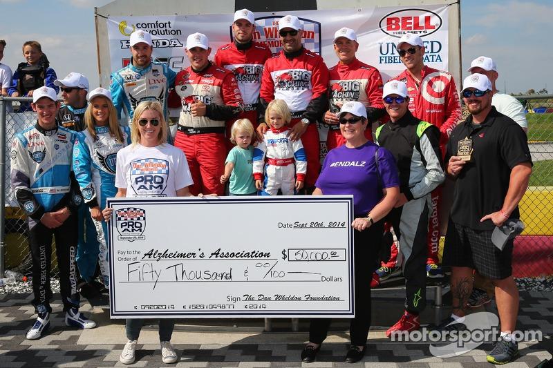 Foto di gruppo con un assegno di 50.000 dollari per la ricerca sull' Alzheimer