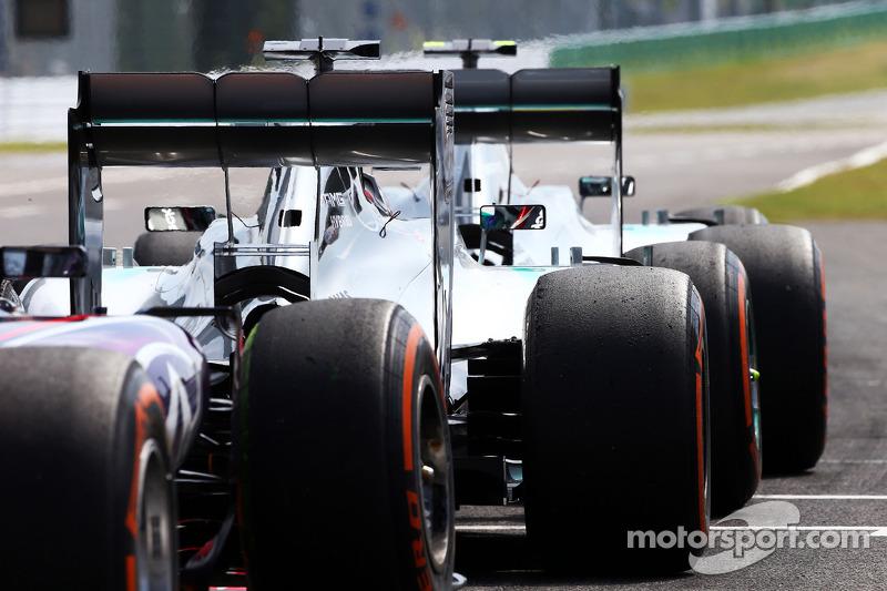 Nico Rosberg, Mercedes AMG F1 W05, Lewis Hamilton, Mercedes AMG F1 W05, y Sebastian Vettel, Red Bull Racing RB10 en el pit lane