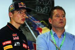 (Da sinistra a destra): Max Verstappen, Scuderia Toro Rosso Test Driver con suo padre Jos Verstappen