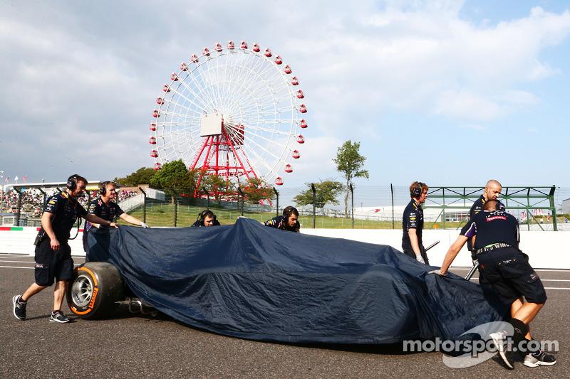 La Red Bull Racing RB10 di Daniel Ricciardo, dopo l'incidente durante la FP2, viene portata di nuovo ai box dai meccanici Red Bull
