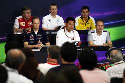 (Da sinistra a destra): Pat Fry, Vice Direttore Tecnico e Capo Ingegneri di Pista Ferrari; Andy Cowell, Responsabile delle performance del moto-propulsore, Remi Taffin, Renault Sport F1 Capo Operazioni in Pista; Paul Monaghan, Red Bull Racing Capo Ingegne