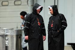 (Esquerda para direita): Jason Swales e Will Buxton, apresentadores da NBC Sports Network, debaixo de chuva no paddock