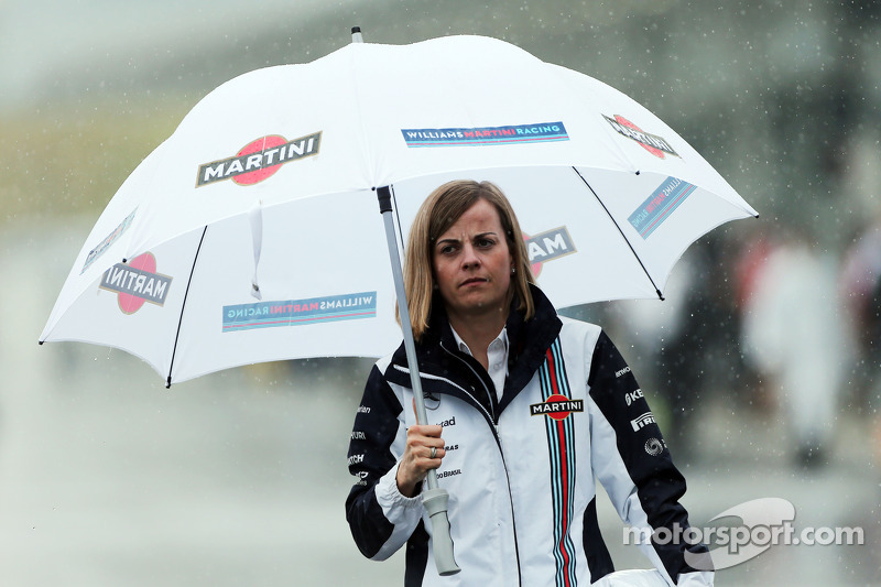 Susie Wolff, pilota collaudatrice Williams in un paddock umido e piovoso