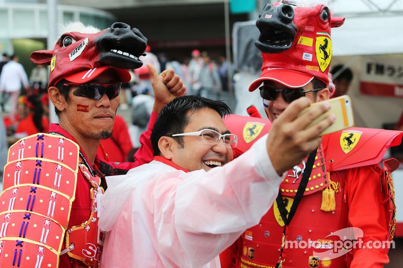 Taraftarlar ve atmosfer - Ferrari hayranları