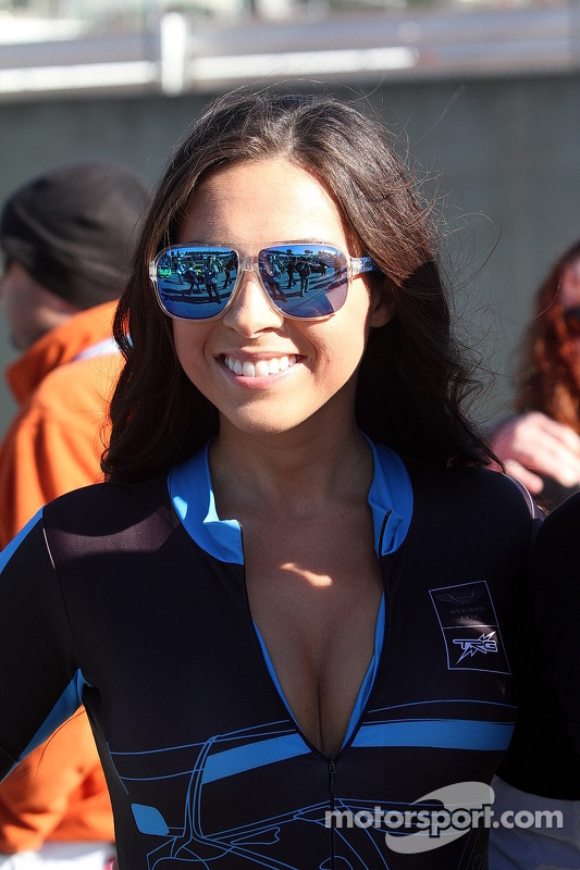 Meninas Aston Martin