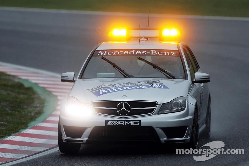 Voiture médicale FIA sur le circuit pour porter secours à Jules Bianchi
