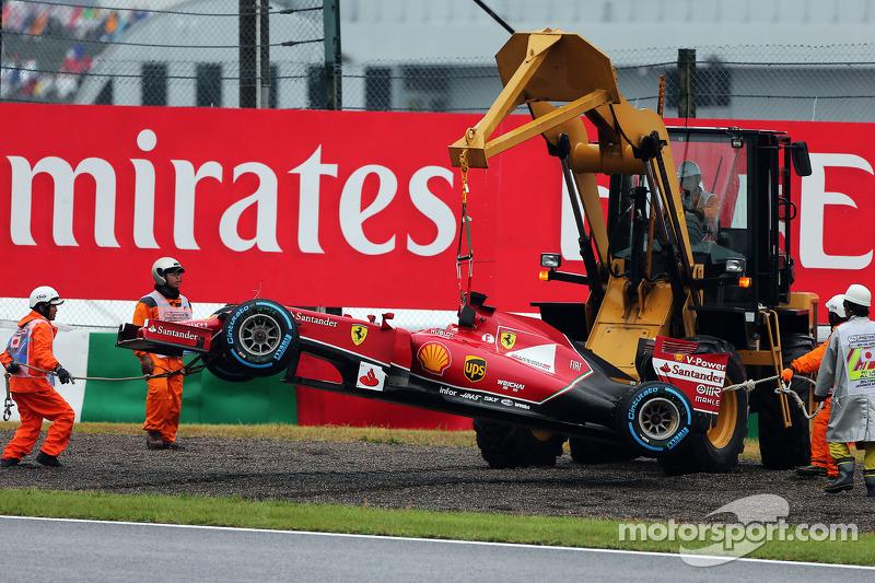 Mariscales recuperan el Ferrari F14-T tras el retiro de la carrera de Fernando Alonso, Ferrari con una excavadora