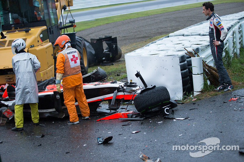 Адріан Сутіль, Sauber F1 Team, дивиться на роботу команди безпеки на місці аварії Жюля Б'янкі, Marussia F1 Team