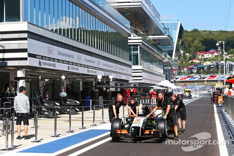 La Sahara Force India F1 VJM07 di Nico Hulkenberg, Sahara Force India F1, viene spinta lungo la cors