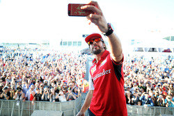 Fernando Alonso, Ferrari, maakt een selfie in de Fanzone