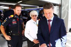 Christian Horner, jefe de equipo de carreras de Red Bull con Bernie Ecclestone y Dmitry Kozak, Ministro Adjunto Ruso