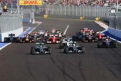 Nico Rosberg, Mercedes AMG F1 e compagno di squadra Lewis Hamilton, Mercedes AMG F1 W05 alla partenza della gara