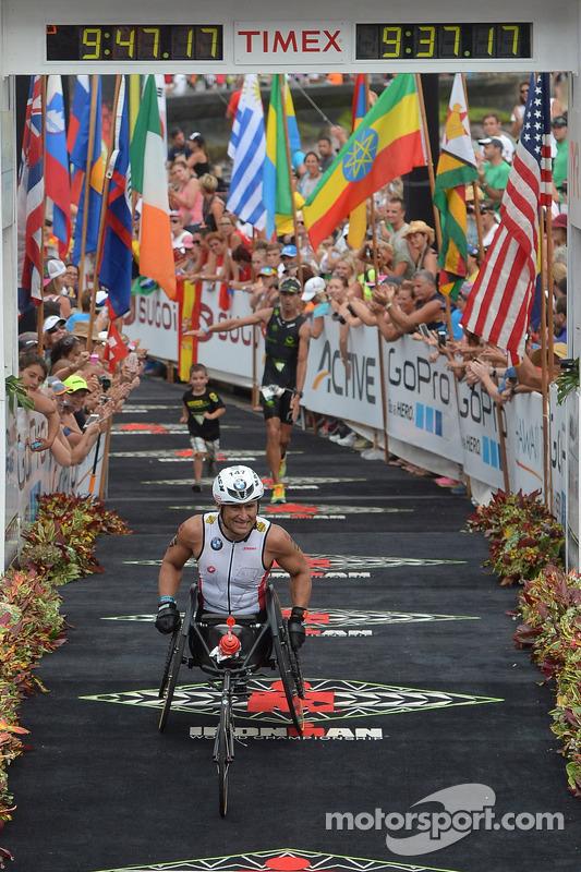 Alex Zanardi compete em triatlo de longa distância no Havaí