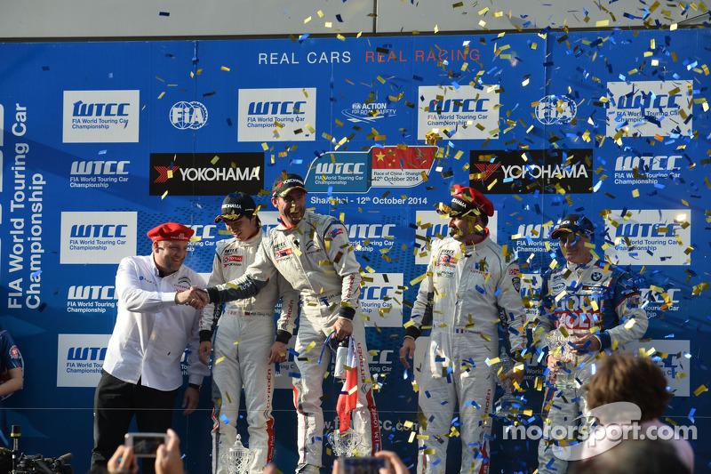 Podio carrera 1 ganador José María López, Citroën C-Elysee WTCC, Citroën Total WTCC, el segundo lugar Ma Qing Hua, Citroën C-Elysee WTCC, Citroën Total WTCC, el tercer lugar Yvan Muller, Citroën C-Elysee WTCC, Citroën Total WTCC