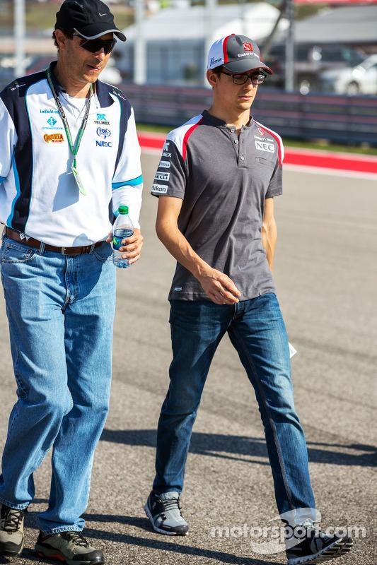 Esteban Gutierrez, Sauber, walks the circuit