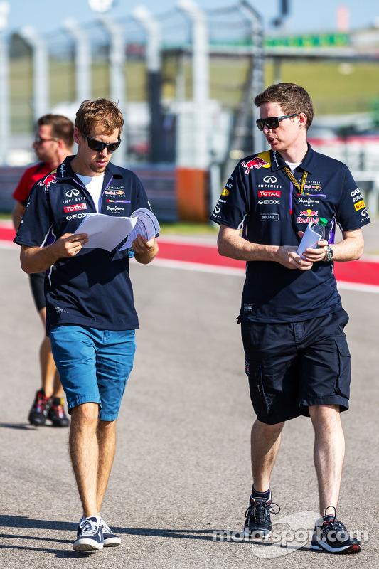 (Esquerda para direita): Sebastian Vettel, Red Bull Racing, com Michael Manning, engenheiro de controle de pista da Red Bull Racing