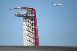 CoTA Tower am Circuit of The Americas mit Flugzeug im Hintergrund
