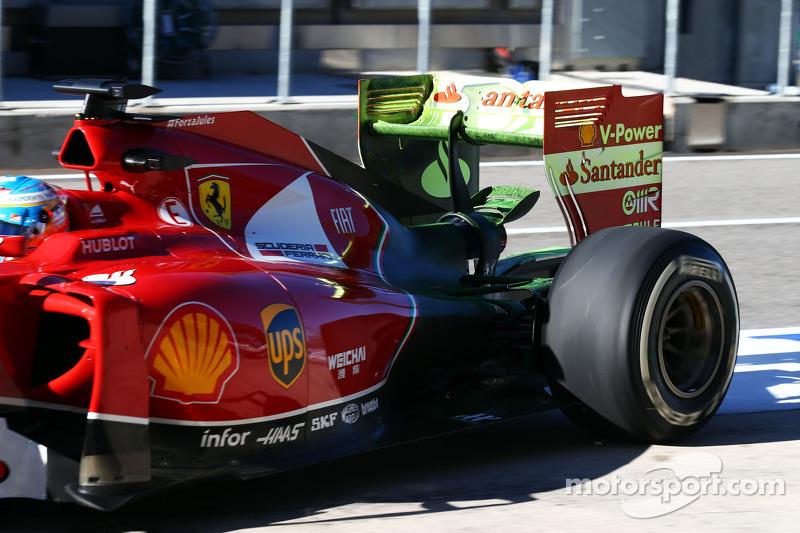 Fernando Alonso, Ferrari F14-T arka kanatta akışı gösteren boyayla birlikte