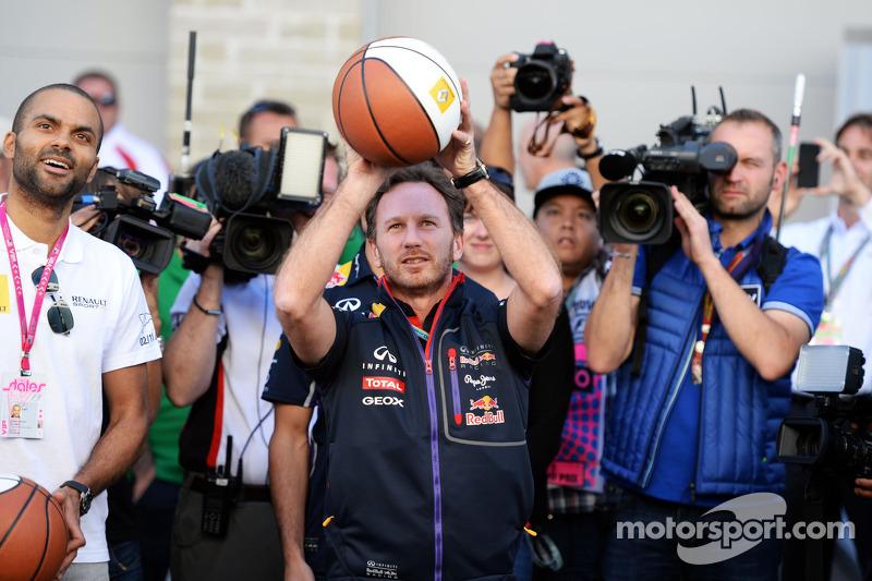 Christian Horner, director de Red Bull Racing Team, practica basjetball con Tony Parker, jugador de