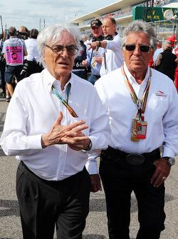 (Da sinistra a destra):  Bernie Ecclestone, con Mario Andretti, Ambasciatore ufficiale del Circuit o delle Americhe sulla griglia di partenza
