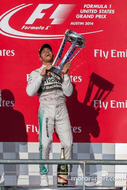Vencedor da corrida Lewis Hamilton, Mercedes AMG F1 celebra