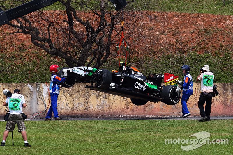 Sahara Force India F1 VJM07 di Daniel Juncadella, Tester e terzo pilota Sahara Force India F1 Team, viene recuperata dopo l'incidente nella prima sessione di prove