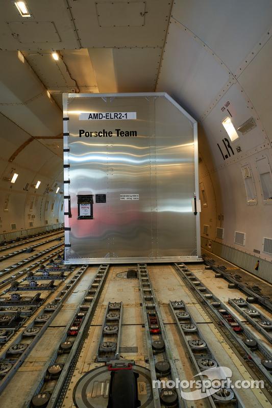 Porsche equipamento carregado no avião cargo