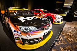 Şampiyona yarışmacıları Basın konferansı: Denny Hamlin'in aracı, Joe Gibbs Racing Toyota ve Kevin Harvick, Stewart-Haas Racing Chevrolet