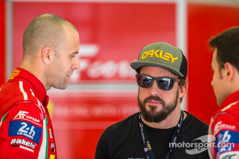 Gianmaria Bruni e James Calado parlano con Fernando Alonso