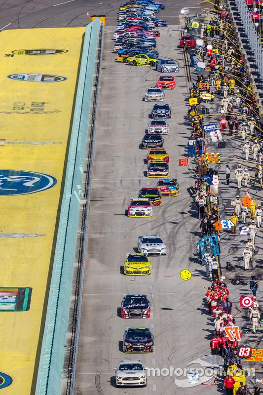 Jeff Gordon, Hendrick Motorsports Chevrolet conduce il gruppo verso i pace laps