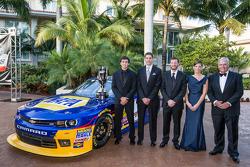 NASCAR Nationwide Series - Chase Elliott avec Dale Earnhardt Jr., Kelley Earnhardt, Rick Hendrick, et Greg Ives
