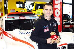 Romaen Dumas con el Buggy que manejará en el Dakar