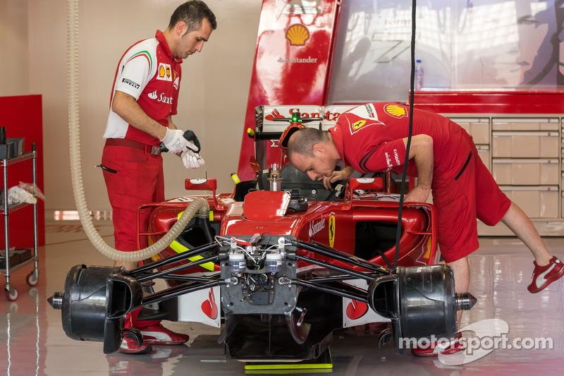 El Ferrari F14-T es preparado en los pits