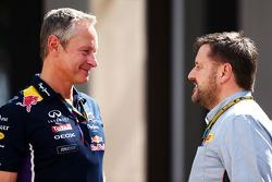 (Esquerda para direita): Jonathan Wheatley, gerente da Red Bull Racing, com Paul Hembery, diretor de automobilismo da Pirelli